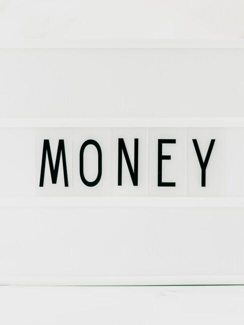 Letterbord met daarop de tekst Money