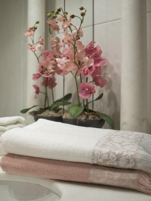 bloemen met handdoek in badkamer
