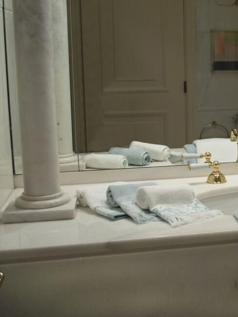 handdoek en wastafel