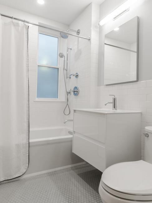 wit bad, wastafel en toilet