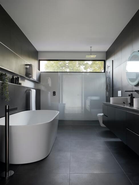 Donker grijze badkamer