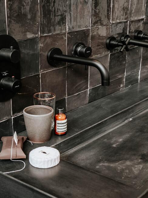 donkere badkamer tegels