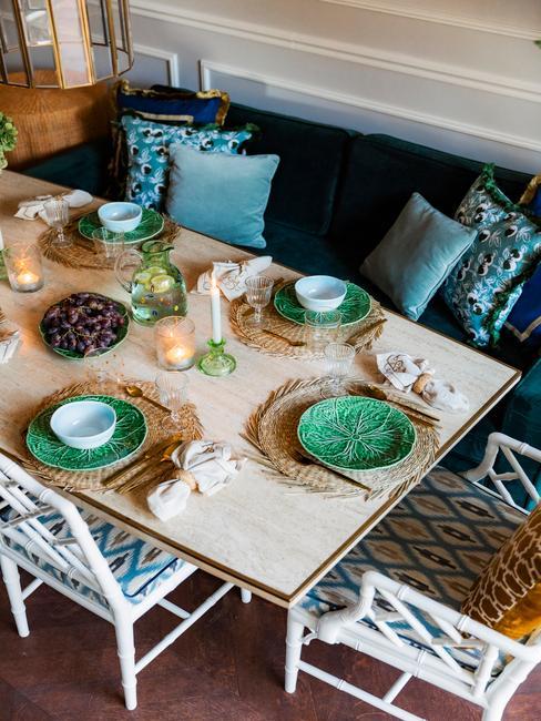 Eettafel met gekleurde borden