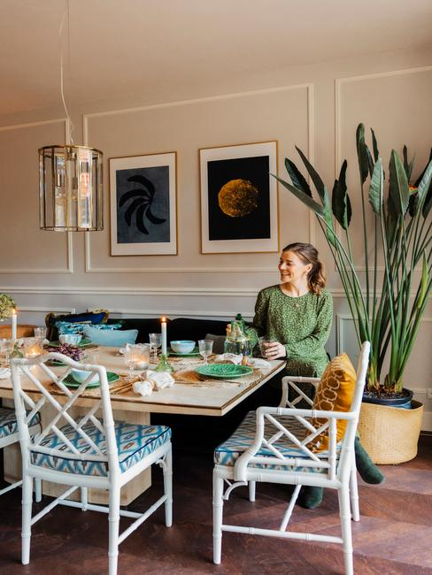 Petra van Vliet zit aan haar eettafel