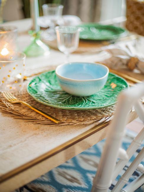 Gedekte tafel met groen bord en blauwe schaal