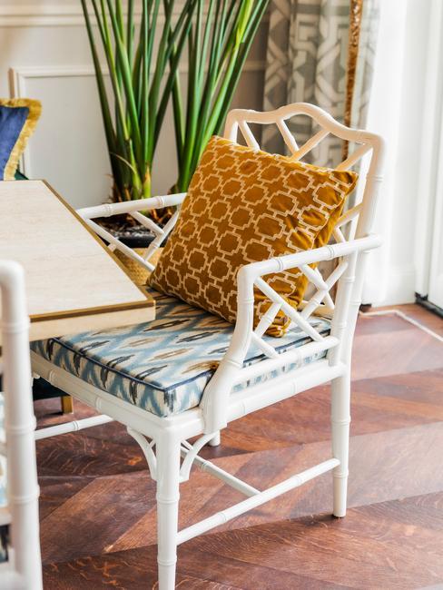 Eetkamer stoel met blauw zitvlak en okergeel kussen