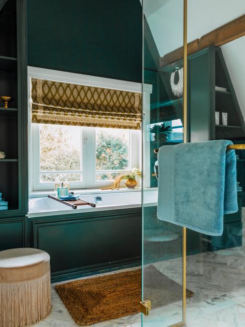 Badkamer met turquoise wand en bijpassende badkamer accessoires