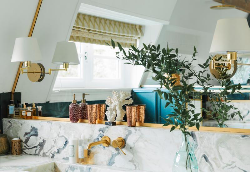Badkamer met planten en wit marmer