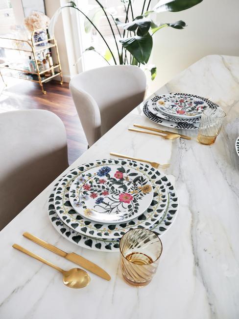 Stoel bekleden: serviesset in wit en blauw, bestekset in goud, tafelkleed in wit