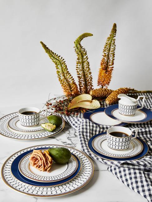 Stoel bekleden: Geruit tafelkleed in wit en marineblauw, borden en bestek