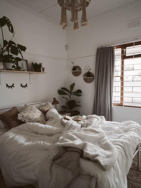 Slaapkamer in boho stijl met decoratieve objecten