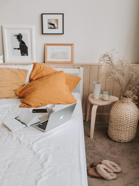 beddengoed zonder patroon in wit en oranje met rotan decoratie