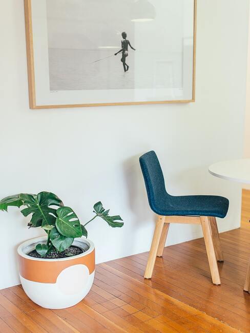 plantenbak maken: houten stoel met bekleding in blauw, ingelijste print