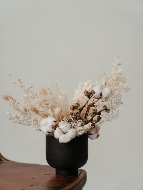 Gedroogde planten in een vaas
