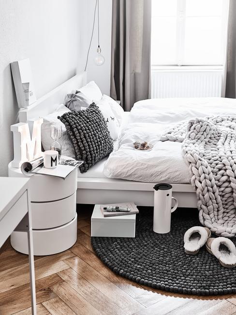 Slaapkamer in wit met zachte sierkussen in grijs