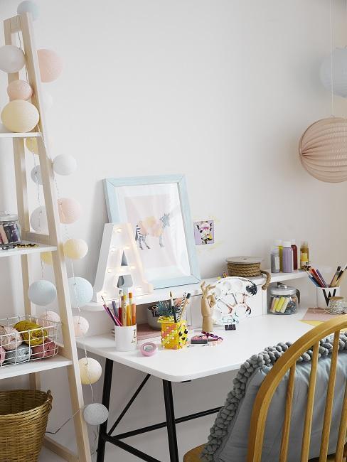 Decoratieve objecten op bureau naast een boekenkast
