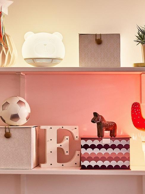 handletteren: decoratieve objecten en tafellampen op sideboard in woonkamer