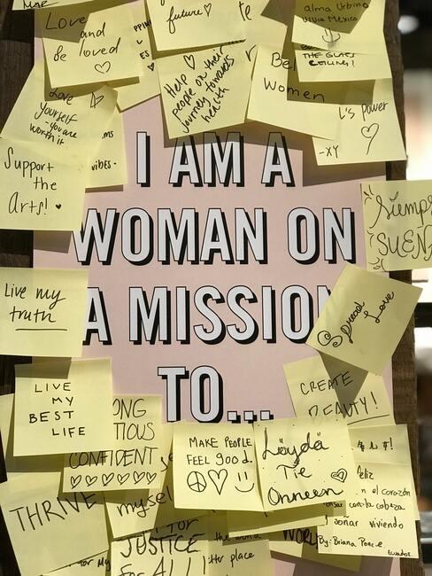 Post-its op een bord met de tekst I am a woman on a mission to