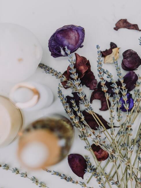 Gedroogde bloemen en flesjes met olie