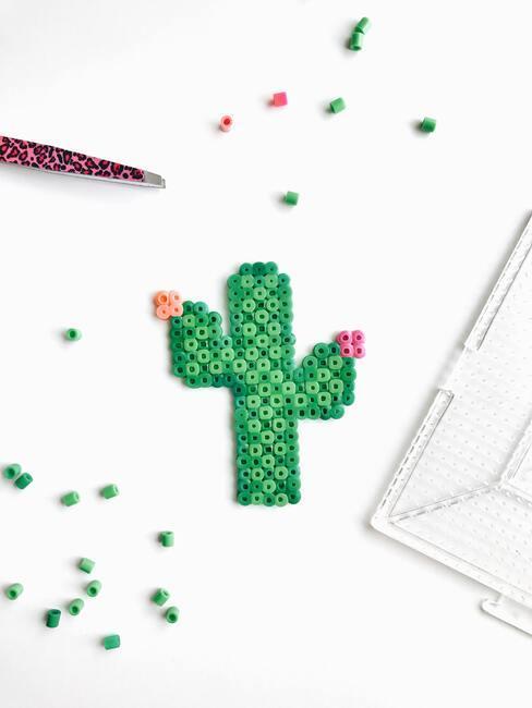 Kunststoffen kactus met roze bloemen