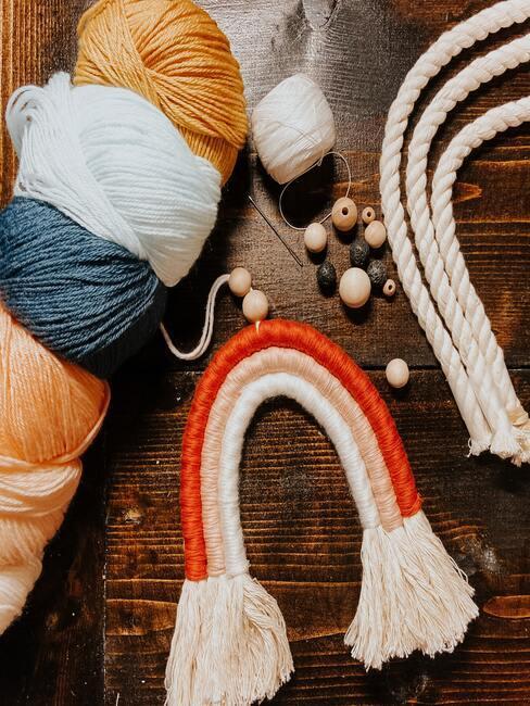 Wol, kralen en gevlochten kunstwerk om sleutelhanger te maken