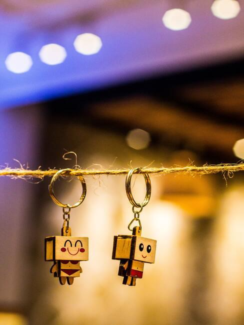 2 sleutelhangers aan touw