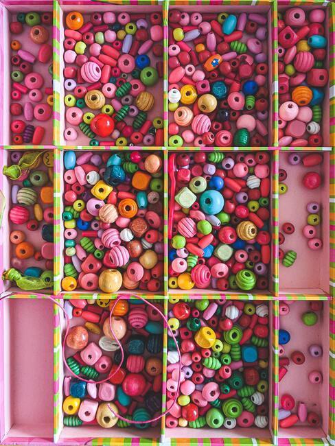 Sleutelhanger maken: gekleurde kralen in roze vakjes