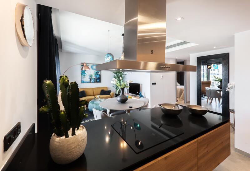 Open keuken met uitkijk op de woonkamer