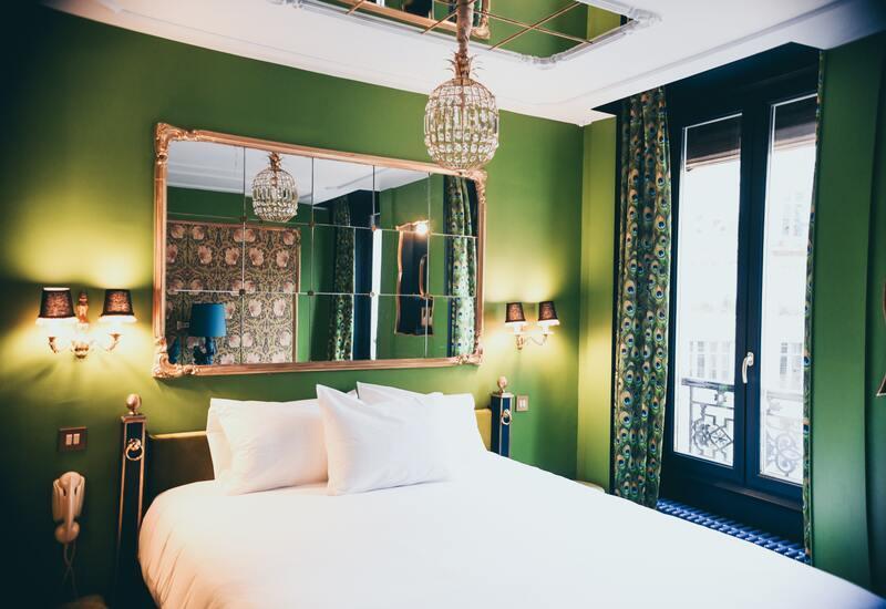 Mosgroene frisse slaapkamer met gouden kroonluchter en gouden barokspiegel