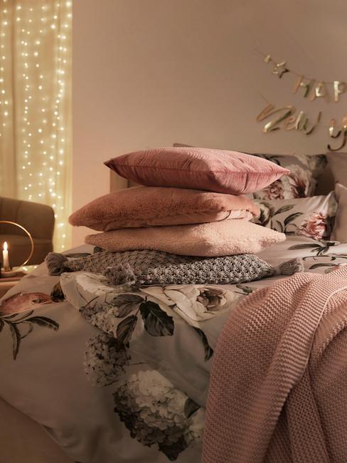 Warme roze tinten en bloemenpatronen voor in de slaapkamer