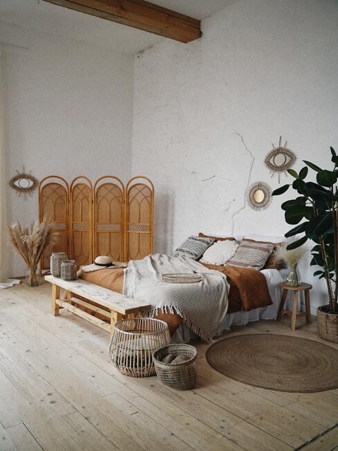 Slaapkamer met rotan kamerscherm