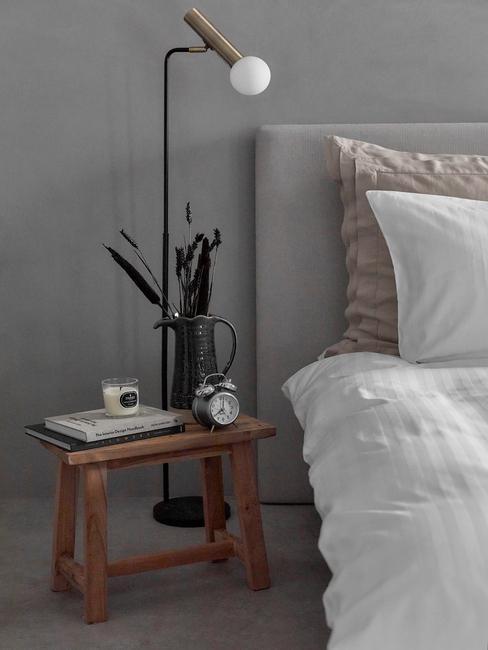 slaapkamer in betonlook met houten nachtkastje