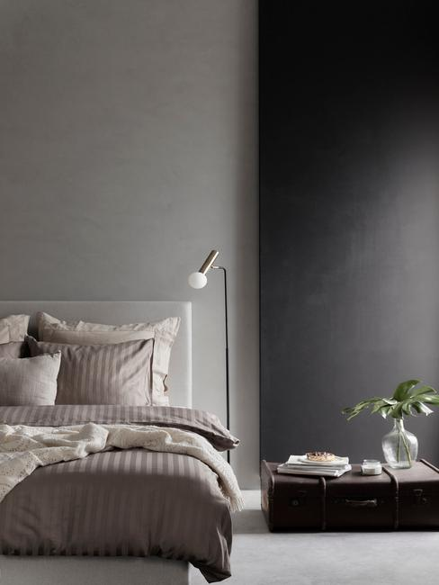 Slaapkamer in betonlook met natuurlijk bedlinnen