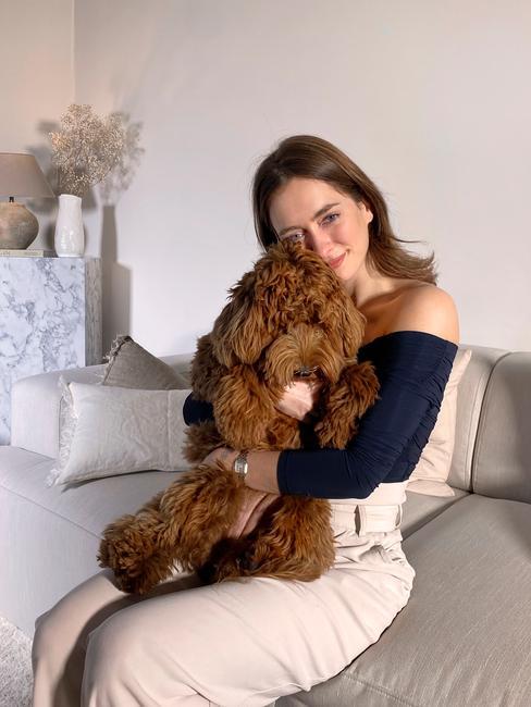 Rianne Meijer en haar hond op de melva bank