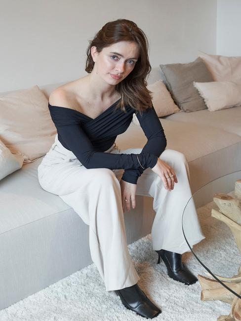 Rianne Meijer zit op Melva sofa