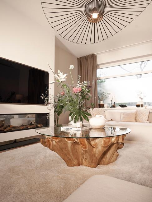 De houten bijzettafel en tv in de woonkamer van Rianne meijer