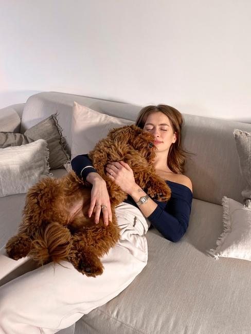 Rianne Meijer op de melva bank met haar hond