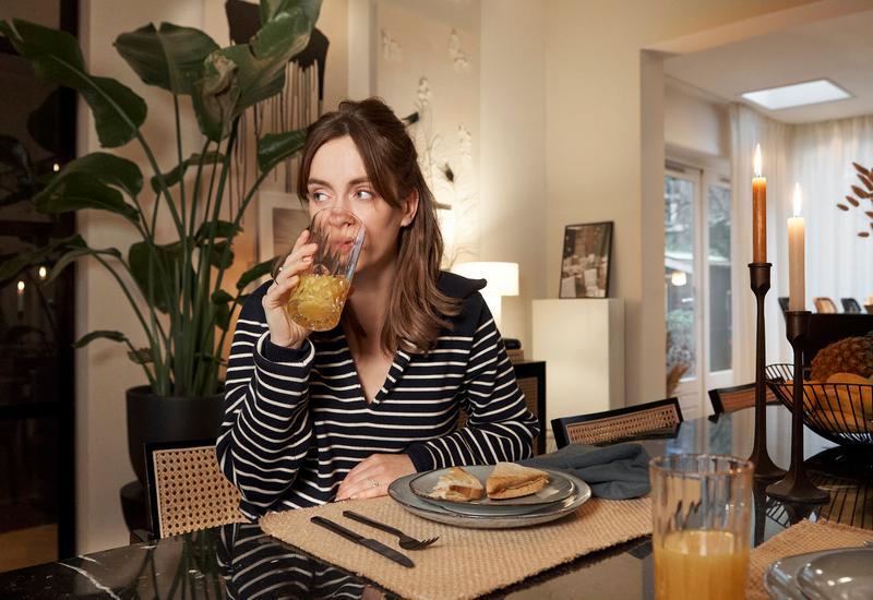 Rianne Meijer aan tafel in de eetkamer