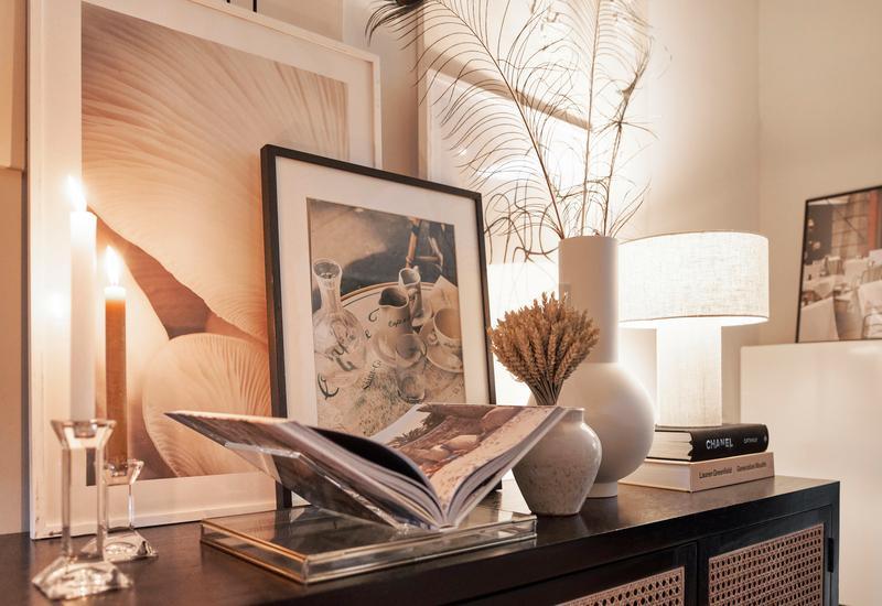 Dressoir met koffietafelboek en kunst