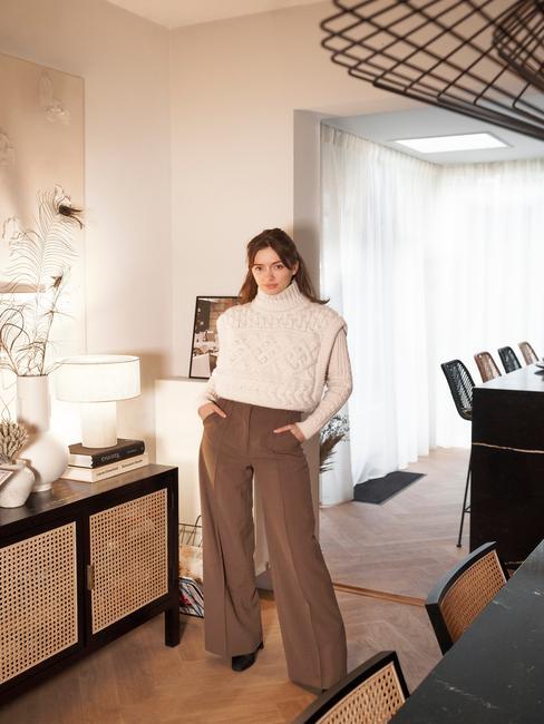Rianne Meijer voor het dressoir in haar woonkamer