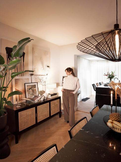 Rianne Meijer in haar woonkamer