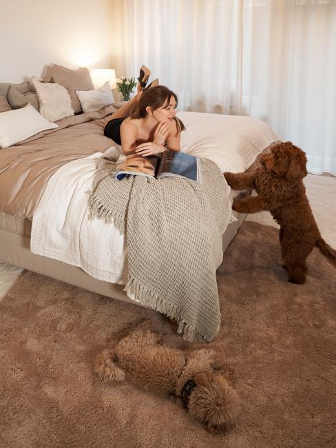 Rianne Meijer in de slaapkamer met haar hond