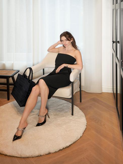 Rianne Meijer in slaapkamer voor de kledingkast op westwing stoel