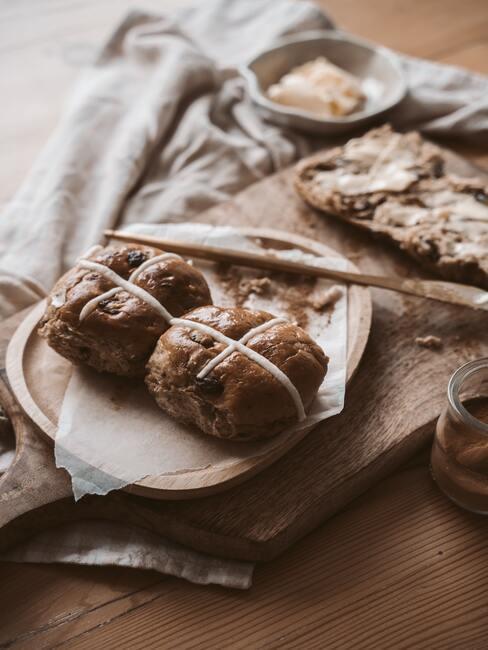 vers gebakken brood op een houten plank