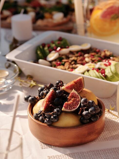fruit in een porseleinen kommetje en gegrilde groenten
