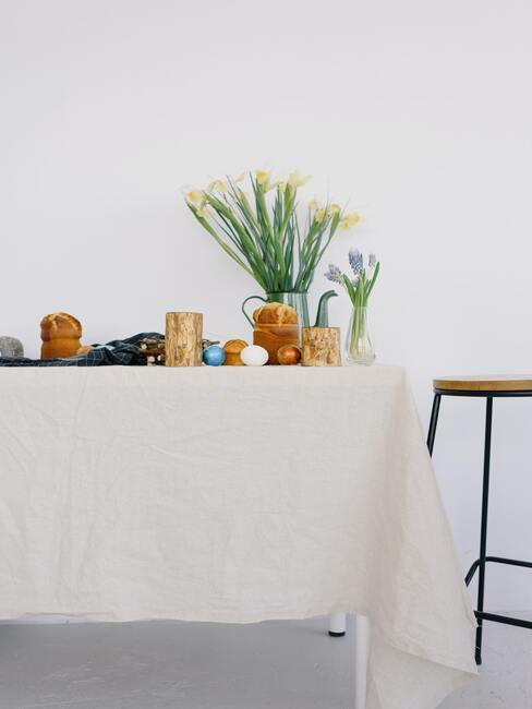 Paastafel met een vaas met bloemen