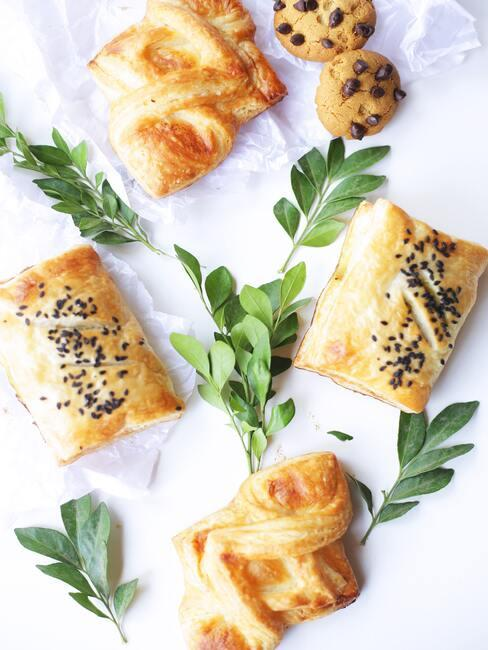 Paasbrood maken: zelfgemaakte broodjes met hagelslag