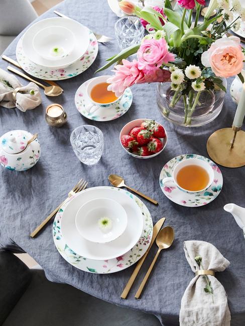 Paastafel met een vaas met bloemen en keramiek serviesgoed