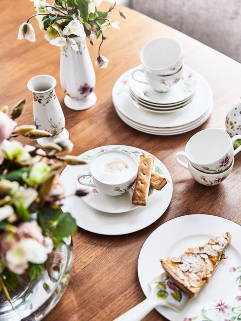 Witte serviesgoed op houten tafel