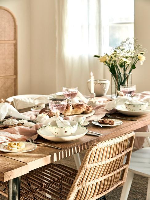 Houten tafel, rotan stoel